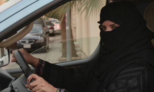 Saudiarabiske kvinner får kjøre bil, men friheten deres har bremseklosser
