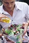 SUNT, MEN ... : Er du raus med dressingen, kan det bety flere hundre ekstra kalorier.  Foto: All Over Press