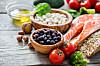 SUPERMAT: Linser, nøtter, yoghurt, fisk og grønnsaker er også supermat. Det beste kostholdet er variert, mener ekspertene. FOTO: NTB Scanpix